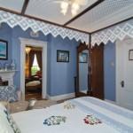 rose room bed posts